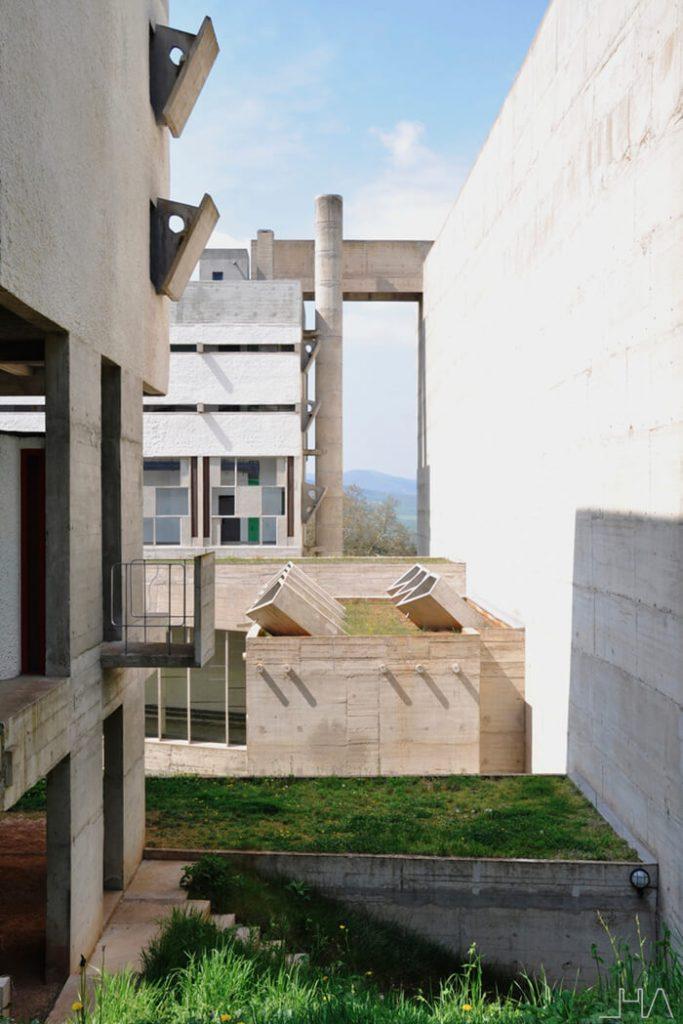 tourette-couvent-le-corbusier-courtyard